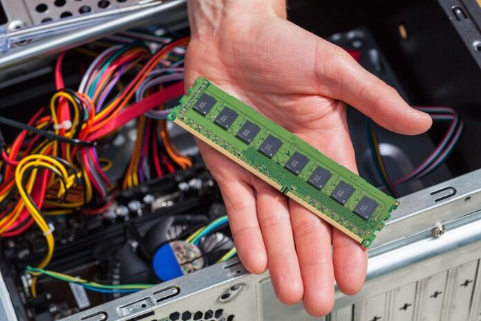 What is RAM How does RAM work